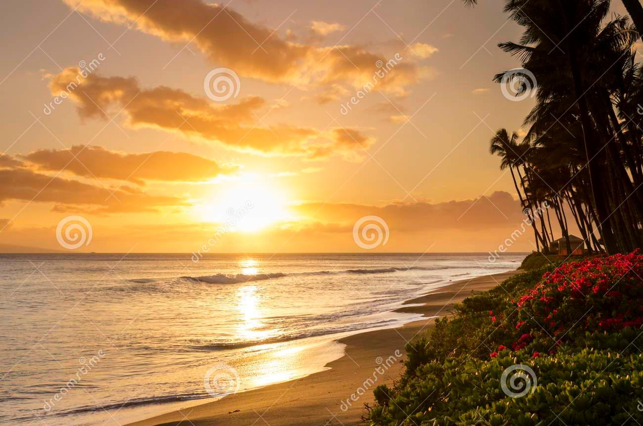 puesta-del-sol-tropical-hermosa-en-la-playa-de-kaanapali-en-maui-hawaii-54326018.jpg