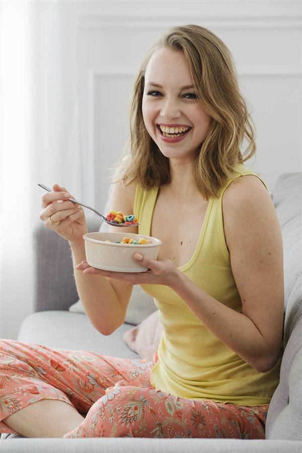 Femme-souriante-cereales-colores_6905d396_600x900