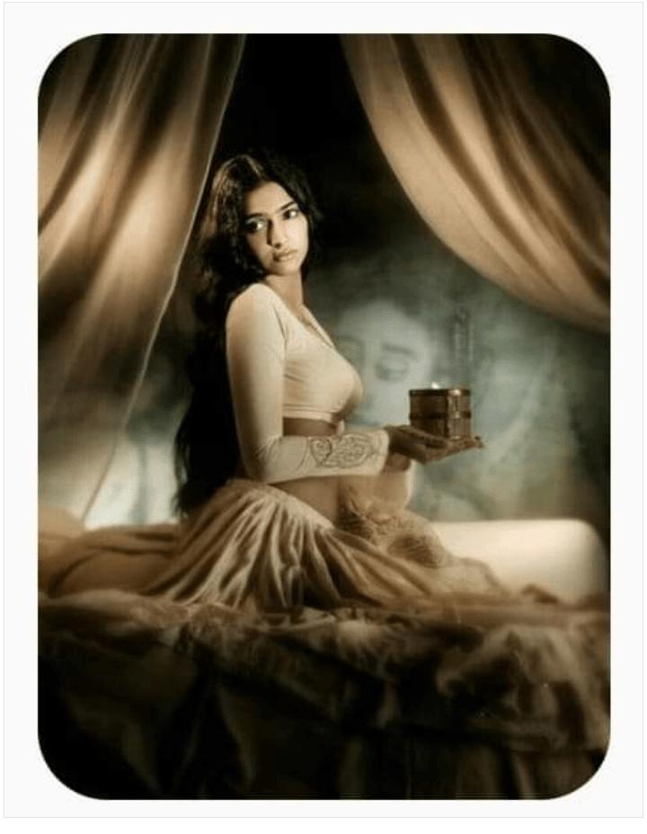 Belle-femme-dans-sa-chambre-tenant-une-lampe