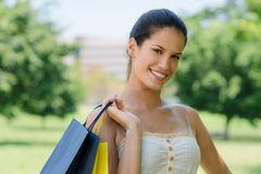 jeune-femme-heureuse-souriant-avec-des-sacs-à-provisions-25316238