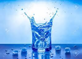 glace-éclaboussant-dans-un-verre-d-eau-frais